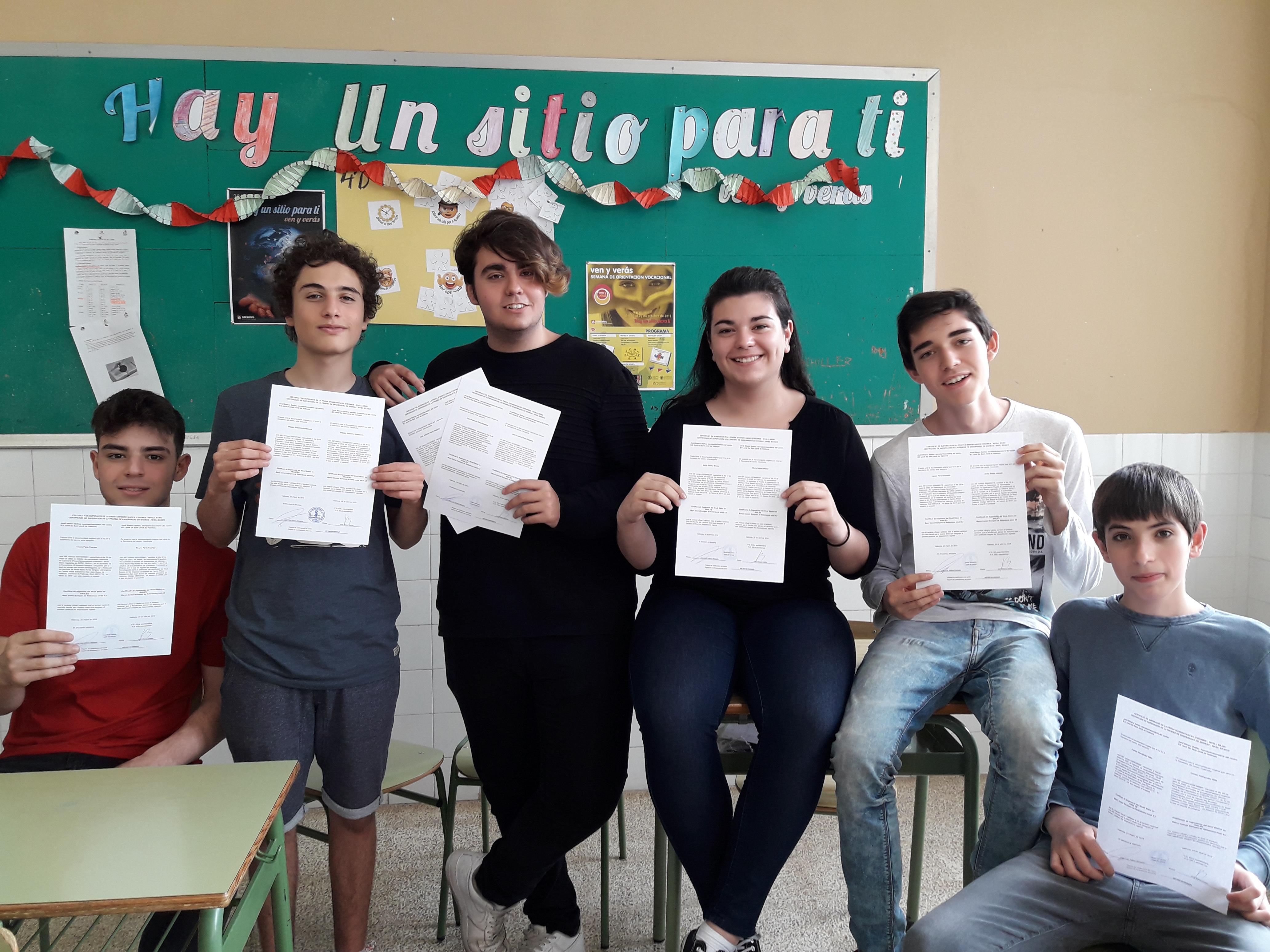 Los alumnos y alumnas de cuarto de ESO recogen sus diplomas de ...
