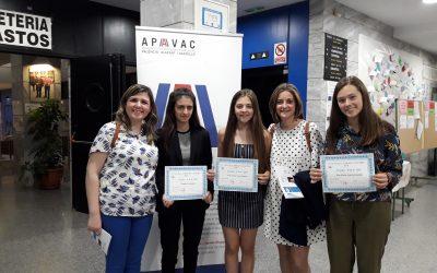 Tres alumnas del colegio recogen su premio en el concurso literario de inglés III APAVAC LITERARY CONTEST