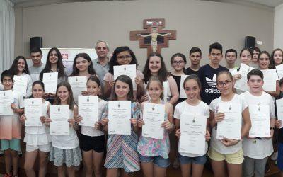 Los alumnos y alumnas de Primaria y Secundaria recogen su diploma de certificación oficial de inglés de Trinity College London
