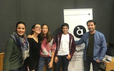 """Tres alumnes de 2n d'ESO participen al concurs de ràdio """"Rosquilletres"""" d'À punt"""